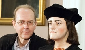 Michael Ibsen poses with a reconstruction of his ancestor Richard III (courtesy University of Leicester).