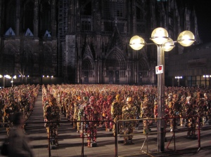 A phalanx of 1000 people formed from trash in Cologne by HA Schult (image courtesy Julia Janßen).
